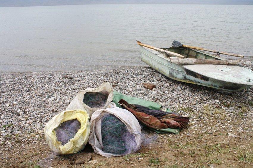В Жогорку Кенеше в первом чтении принял законопроект «О запрещении ввоза, производства, изготовления, сбыта и использования синтетических рыболовных сетей, электроловильных систем на территории Кыргызской Республики».