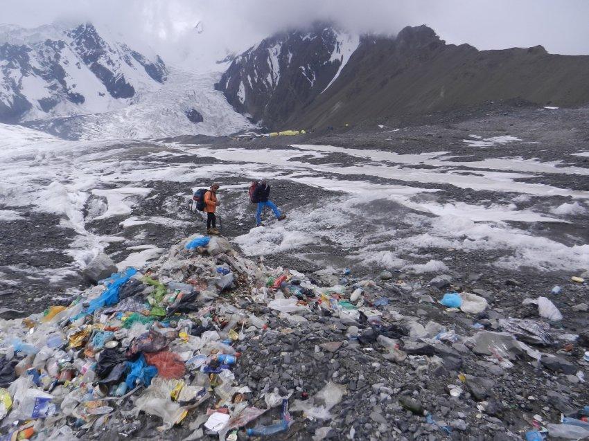 Пик Ленина утопает в мусоре, но власти Кыргызстана пока бездействуют